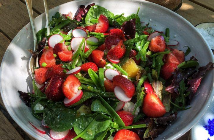 Sommarsallad med jordgubbar och lax