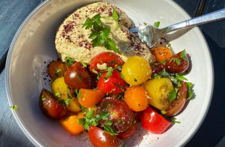 Hummus och tomatsallad