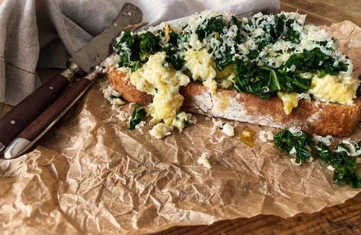 Macka med äggröra och grönkål