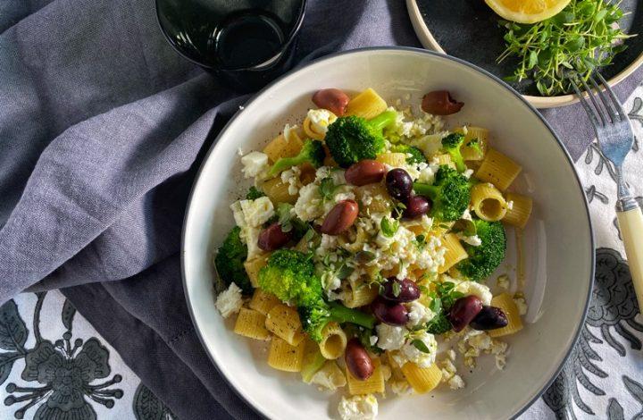 Pasta med broccoli, fetaost och oliver