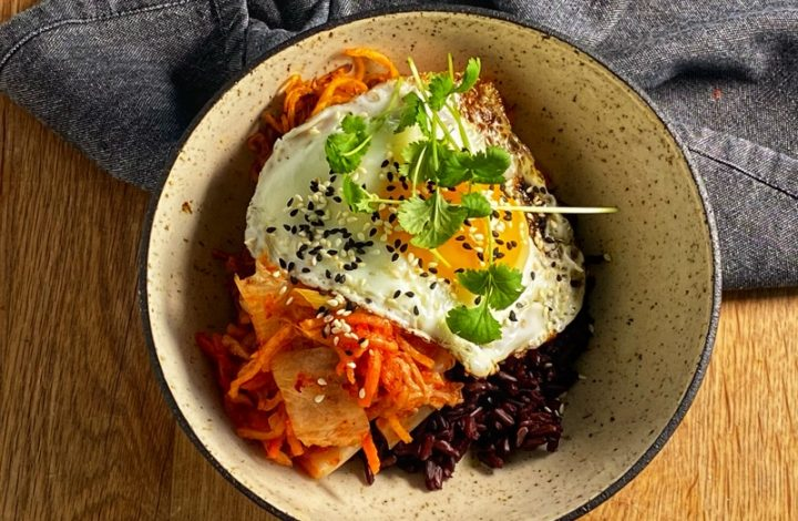 Svart ris med sötpotatisstrimlor Kimchi och stegkt ägg