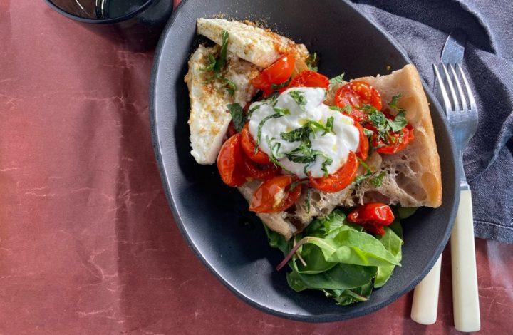 Ugnsbakad Fetaost och tomater med vitlöksyoghurt, mynta och za'atar