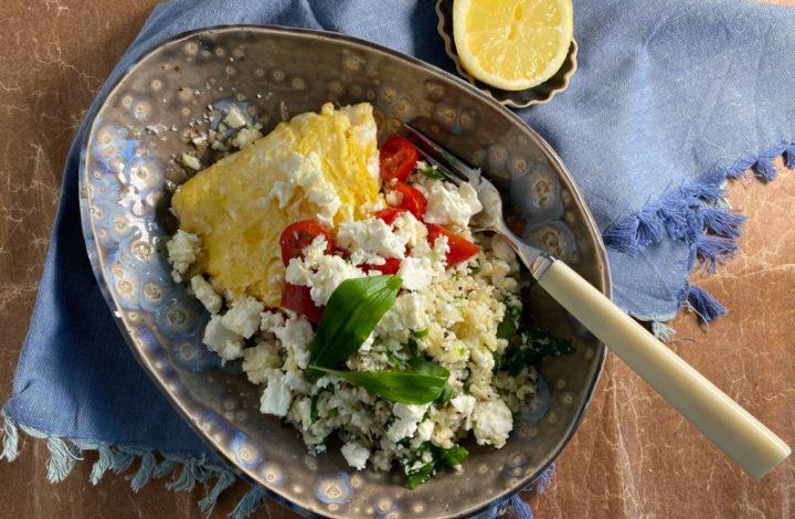 Blomkåls-cous-cous med fetaomelett