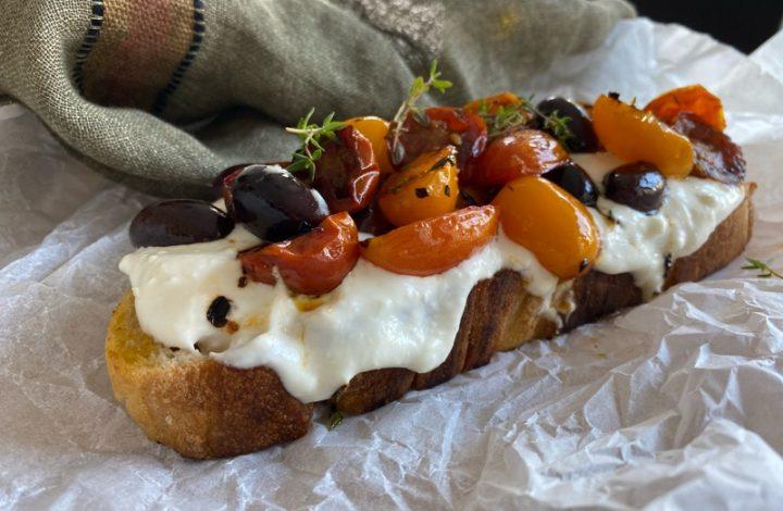 Toast med fetaostkräm och stekta tomater