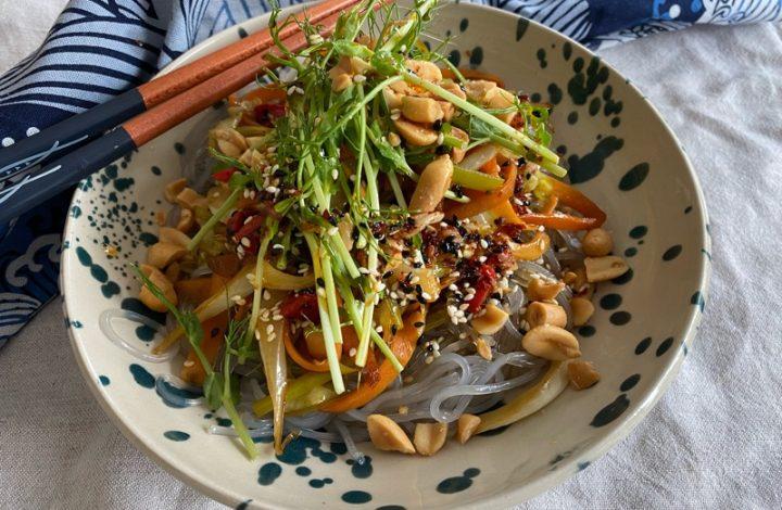 Sötpotatisnudlar med morötter, purjo och spetskål