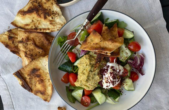 Sallad med za'atarstekt libabröd och hummus