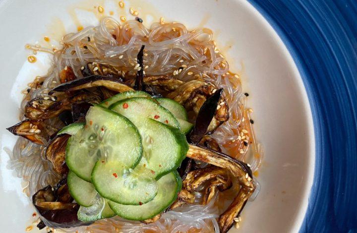 Sötpotatisnudlar med sojamarinerad aubergine och chiligurka